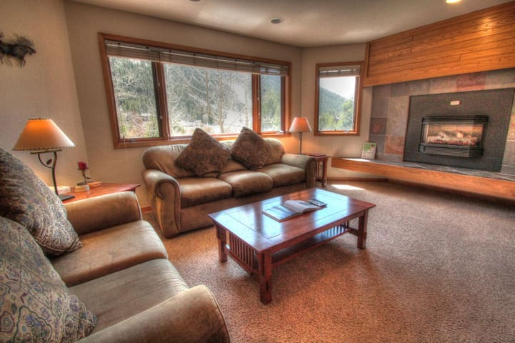 Beautiful Mountain Views Await you at this Centrally Located Updated Unit! - Keystone - Dom