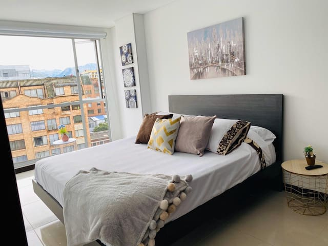 La habitación principal tiene una cama Quenn y colchón de última tecnología.