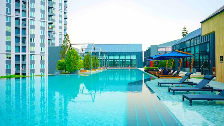 曼谷拉差达网红火车夜市/最全套的五星式酒店公寓一室一厅泳池景观房/无边花园泳池/健身房/超赞中文房东