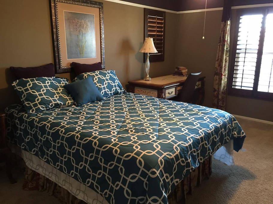 Bedroom 2: Queen Bed (Mattress Replaced 7/28/17)