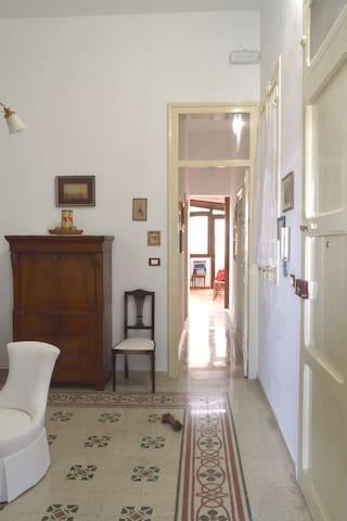 Tipica casa siciliana con i pavimenti in cementine decorate.
