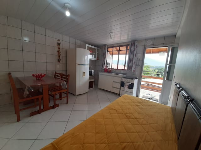 Apartamento 5. Sala com bicama e cozinha completa
