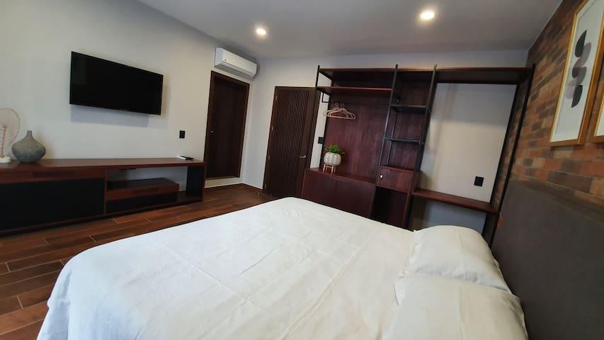 Recamara con baño completo, TV con cable, wifi, aire acondicionado.