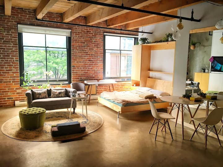 Sacred Space Heritage Loft in Gastown Downtown