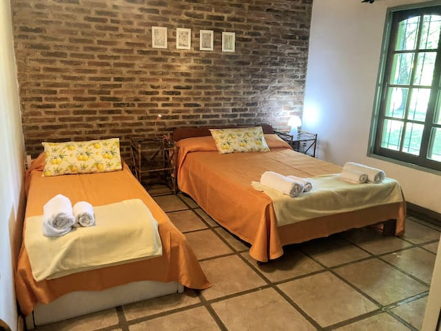 Habitacion Naranja: cama doble + Individual