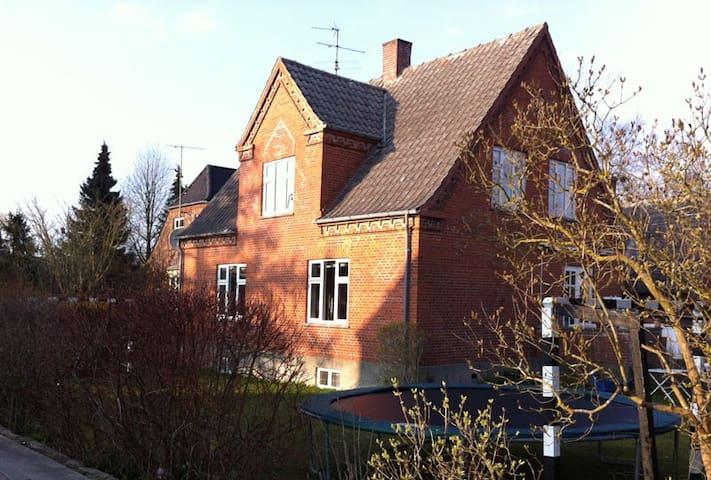 Charming and romantic brick house - Skårup Fyn - Casa