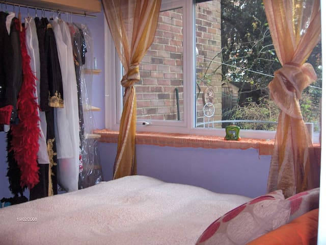 Cosy room with a small double bed