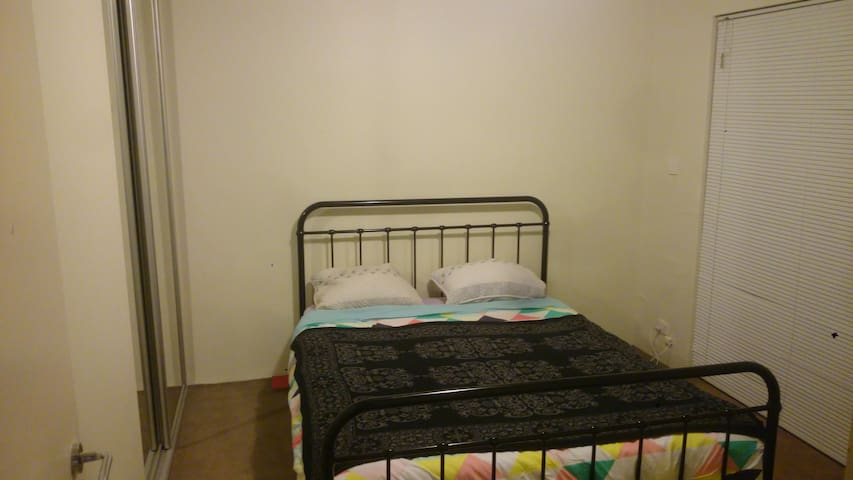 Queen bed with private courtyard - Brunswick West - Apartemen