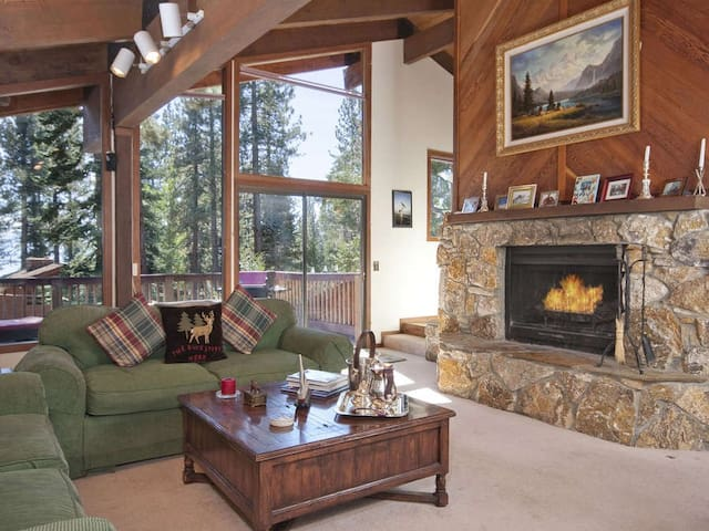 Dollar Point for 10-1 block from beach + hot tub! - Tahoe City - House