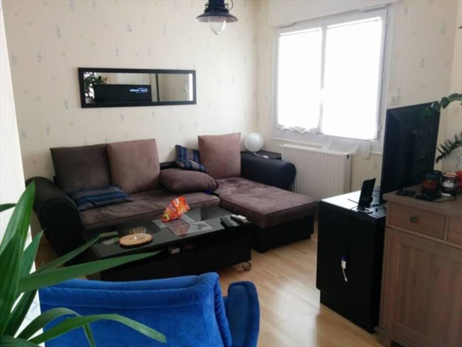 Coin salon avec Télé, PS4 et apple TV