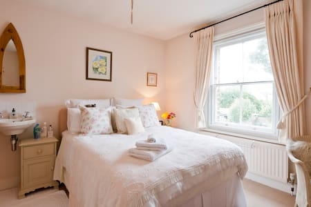 Pretty double bedroom in charming Cobham cottage. - Cobham
