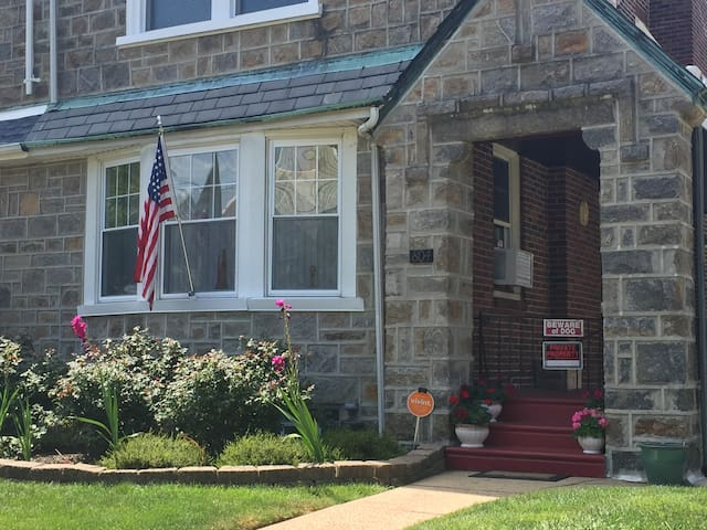 Share our home. Private bdrm with bath close by - Philadelphia - Rumah