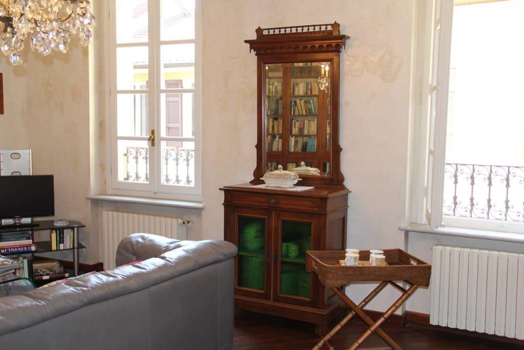 Le finestre del soggiorno che si affacciano sulla corte interna
