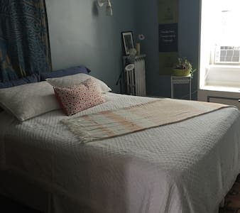 Downtown Victorian rowhouse - private room 3 - Troy - Bed & Breakfast
