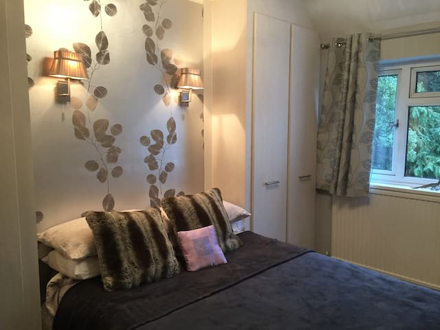 Very cosy double room ,modern bathroom beautiful . - Stanmore