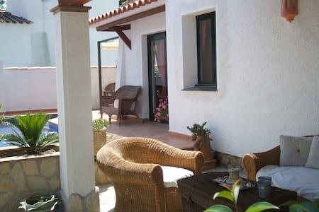 Private villa with private pool and closed garden. - Empuriabrava