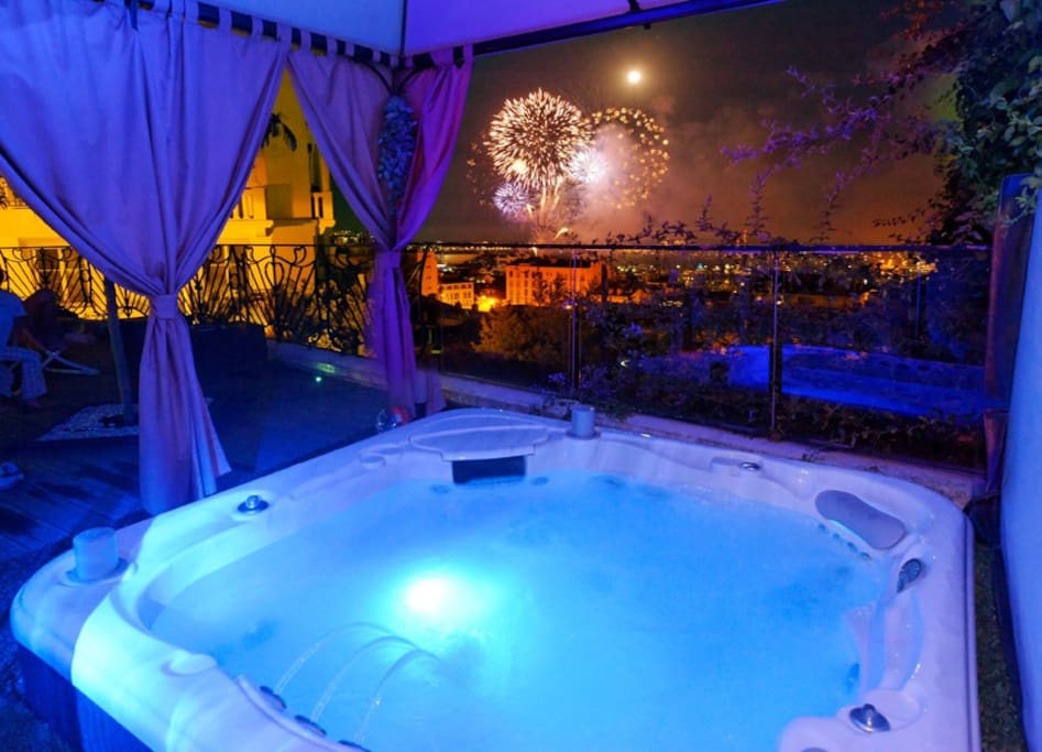 Le spa, un soir de feu d'artifice en baie de Cannes