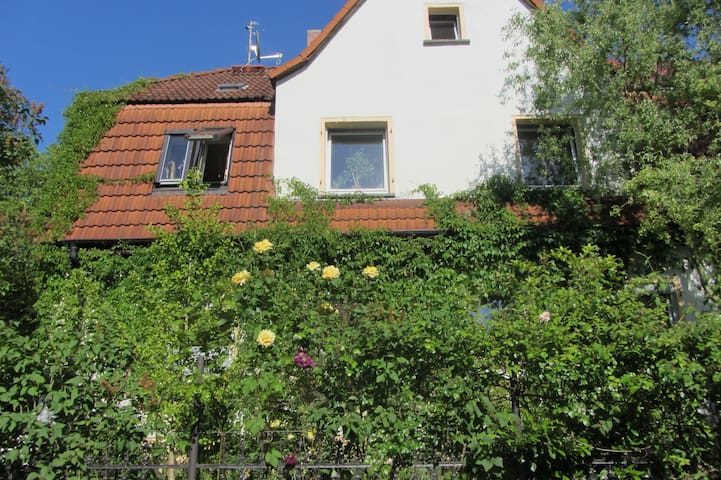 Gemütliche Zi. auf separater Etage - Halle (Saale) - House