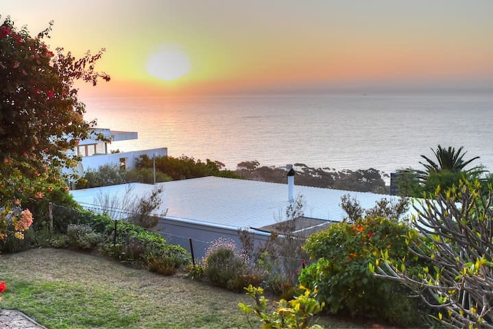 Camps Bay Apartment + Patio, Sea Views & Sunsets