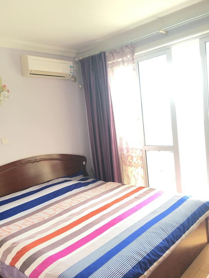 朝南的大卧室,充足的阳光。幸福大床。每天都精神满满!