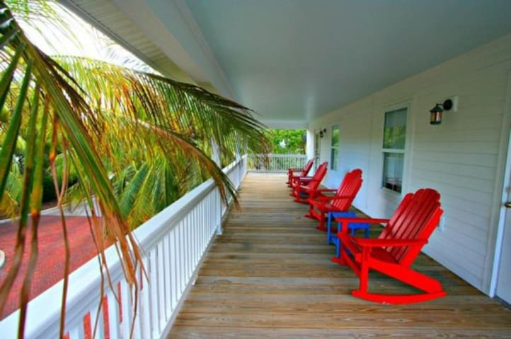 Coral Lagoon~ Large studio With Full Kitchen!