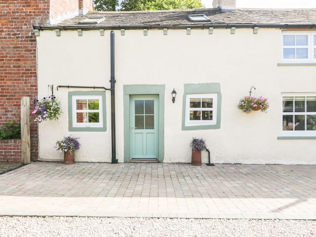 WEAVERS COTTAGE, pet friendly in Burgh By Sands, Ref 966633