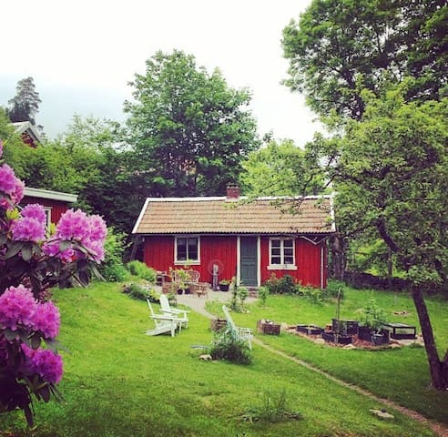 Simple and classic red cottage near Gbg - Alingsås NV - House