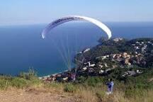 Lungo il crinale che dalla villa porta al borgo medioevale di Colla Micheri possibilità di volo con PARAPENDIO e DELTAPLANO