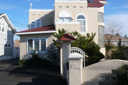 6BR, OCEANSIDE HOME, PRIVATE BEACH - Point Pleasant Beach