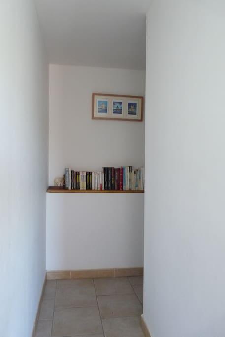 couloir séparant les deux chambres et desservant WC et salle d'eau