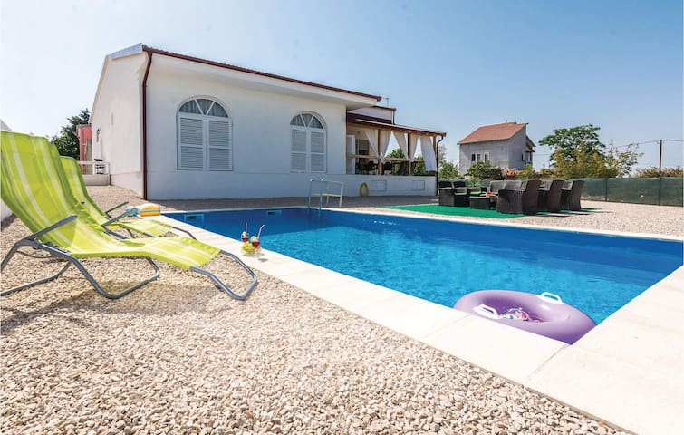 Holiday cottage with 4 bedrooms on 111 m² in Kakma