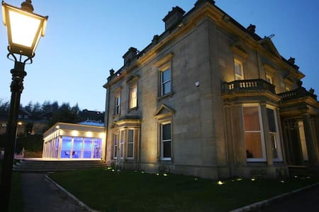 Stunning Mansion MANCHESTER - Indoor heated pool - Bacup - บ้าน