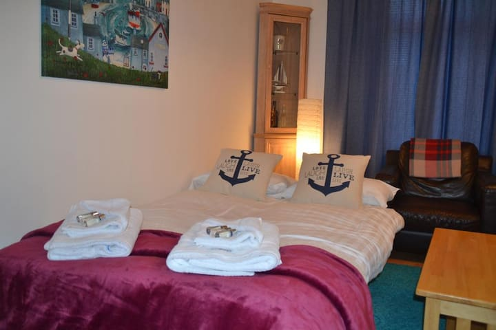 COSY SEASIDE APARTMENT WITH GREAT ACCESS TO SHOPS AND TRAVEL LINKS