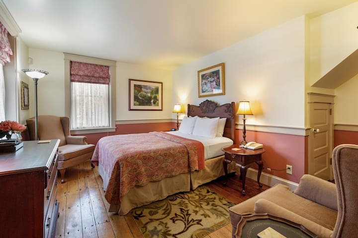 After Eight Bed & Breakfast - Private Corner Room