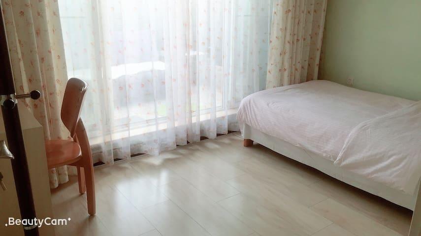 卧室干净舒适,光线阳光普照,带有大阳台,自己养的花花草草,心情美极了