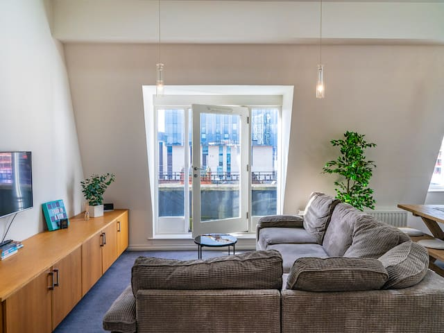 Stunning 2BR Penthouse Loft in Cathedral Quarter