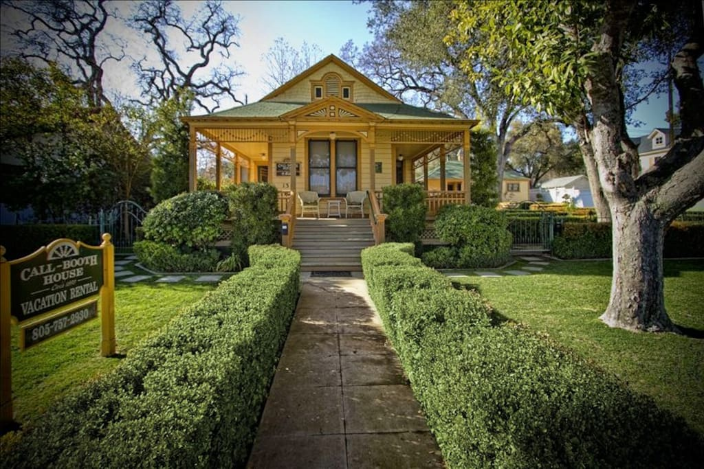 1890 Victorian with large English boxwood garden, 100 year old trees, fountain & fresh, boho vibe in downtown Paso.