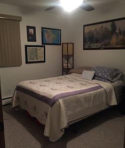 Extra bedroom in quiet home in quiet neighborhood - Centennial - Huis