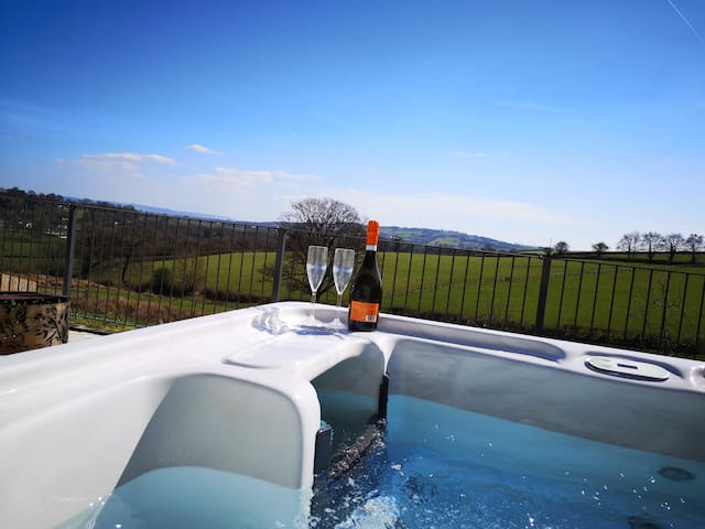 Nibbs Farm cottage Beech View With covered hot tub