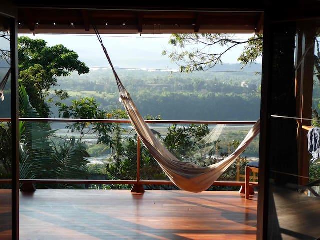 Terrasse mit Blick auf den Upano-Fluss und den Amazonas-Urwald. Hier in der Hängematte die Seele baumeln lassen...