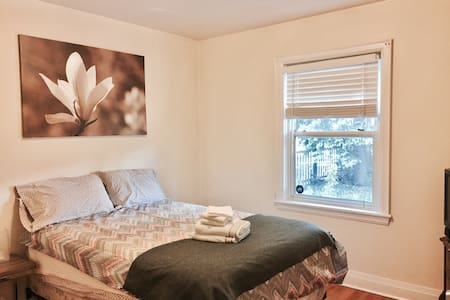 Cozy, Quiet DBL bed w shared Bath - Hamilton