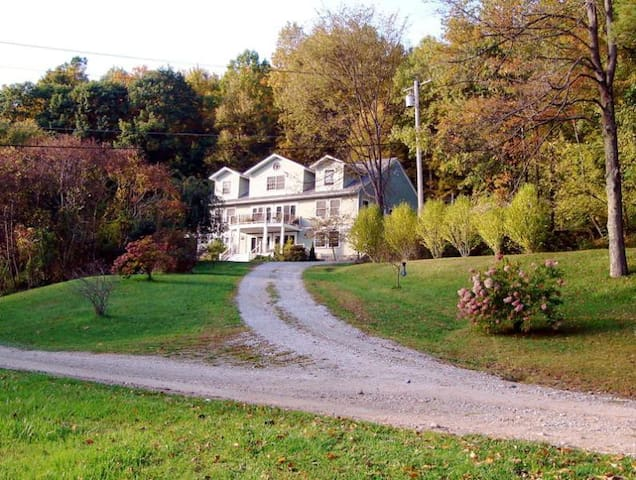 Beautiful Home with Gorgeous Views! - Great Barrington - Casa