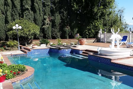 Beautiful Monterey Park home with a pool and view! - Monterey Park - Dom