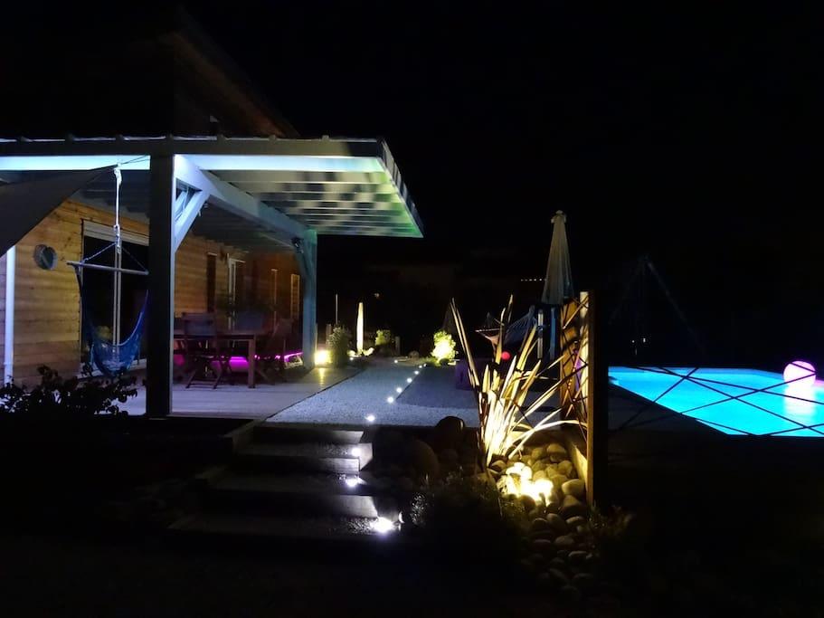 Vue extérieur terrasses et piscine by night