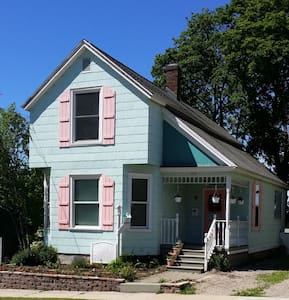 Downtown Petoskey Cottage - House