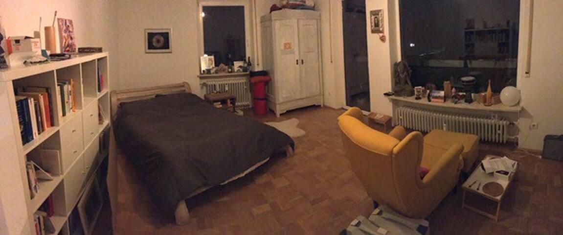 Großes helles geräumiges Zimmer