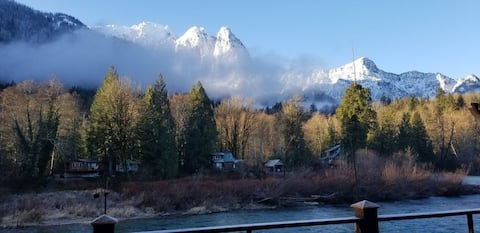 Mountain View Riverside Cabin