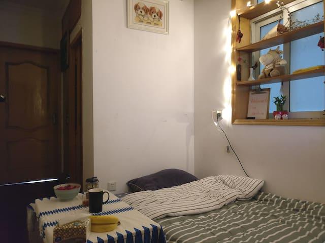 此房间连着我的卧室和卫生间。 The room is next to my bedroom and the   bathroom