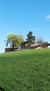 Maison de campagne au milieu des champs