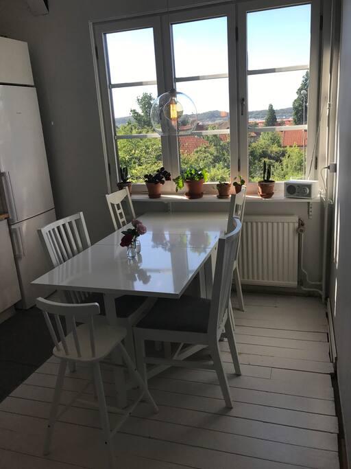 Kök med sittplats för minst 5 personer
